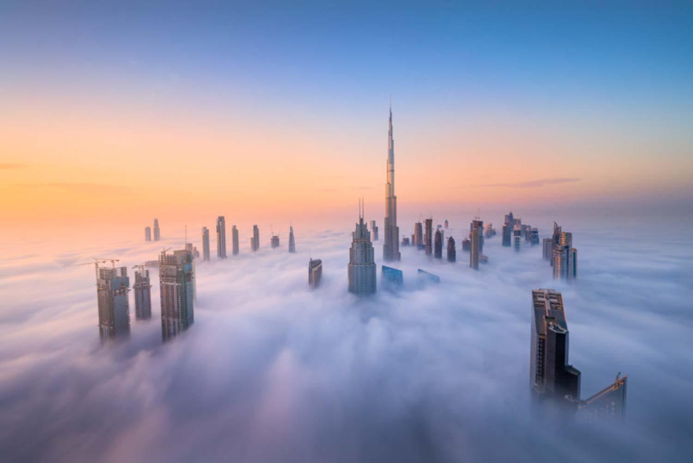 Fotografia grattaceli Dubai avvolti dalle nuvole